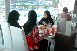 Halal fried chicken outlet in Pattani is doing brisk business